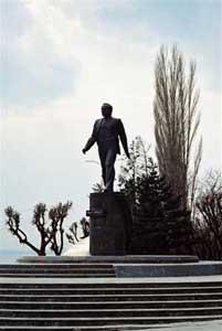 Nuijens_Saratov_Gagarin_Monument_at_Volga_02